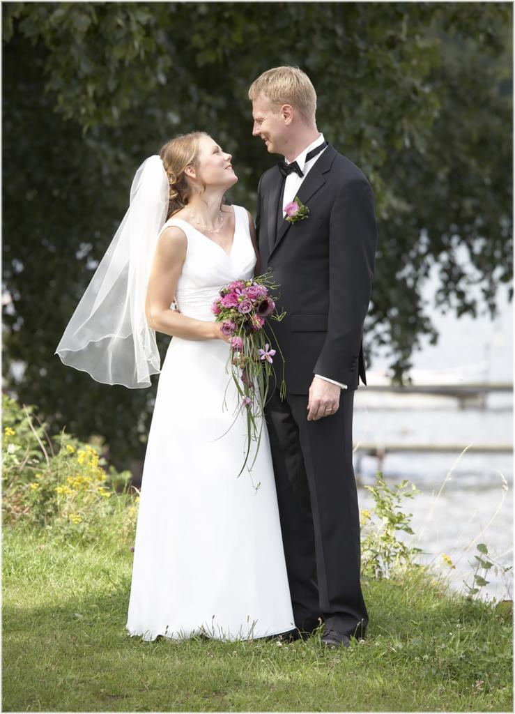 Bryllups fotograf, brudepar, brud, gorm, ringe, brudebuket, udendøres bryllups billeder, wedding photoshoot on location, hjælp jeg skal giftes